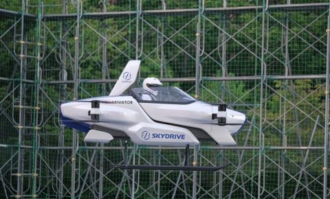 Carro voador faz teste com passageiro